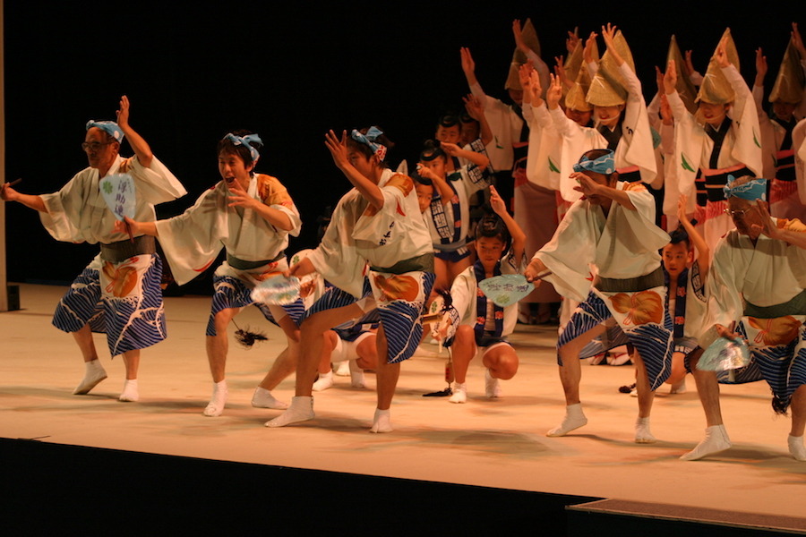 (An indoor performance of Awa Odori)